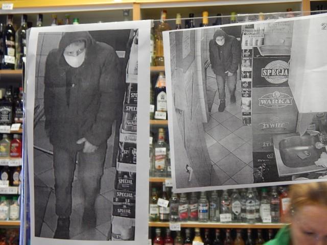 Włamywacz w maseczce staranował boczne drzwi do sklepu ABC, ukradł kasetki z pieniędzmi i wyniósł je w koszyku na zakupy. W sklepie wywieszono jego zdjęcie