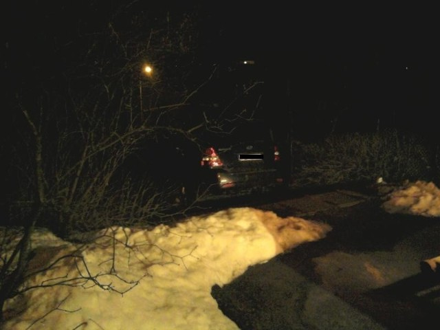 Samochód zablokował się na stromych schodach.