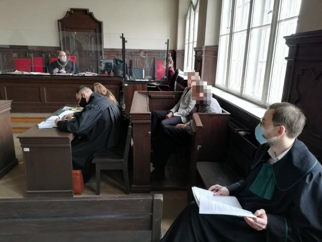 Januszowi S., który jest głównym oskarżonym w procesie o zdefraudowanie mienia Domaru, grozi do 10 lat więzienia