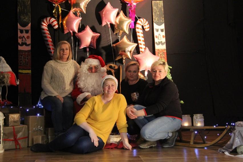 W Gminnym Ośrodku Kultury w Tuchomiu zorganizowano 8 grudnia jarmark świąteczny. Do kupienia było mnóstwo ozdób świątecznych, w tym rękodzieło. Nie zabrakło także potraw. Dzieci, ale i dorośli chętnie korzystali z możliwości zrobienia zdjęcia z Mikołajem w jego chatce. Artystycznie czas umilił zespół Sami Swoi.