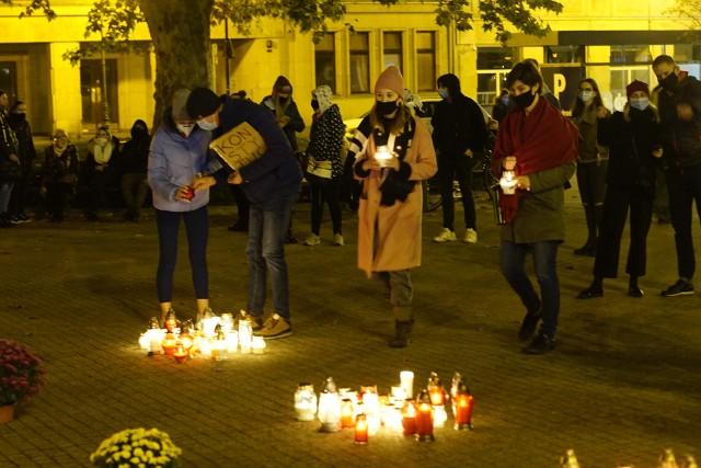 W niedzielę po południu na placu Wolności w Poznaniu pojawiło się osiem gwiazd ułożonych ze zniczy. To forma protestu, którą zainicjował wielkopolski oddział Komitetu Obrony Demokracji po decyzji PiS o zamknięciu cmentarzy na Wszystkich Świętych.Kolejne zdjęcie --->