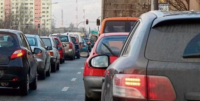 Kierowców i pieszych czekają w tym roku duże zmiany. Coraz bliżej do wejścia w życie przepisów, które zabraniają np. jazdy na zderzak, a pieszym rozmawiania przez telefon na przejściu i podczas wchodzenia na przejście. Czytaj dalej