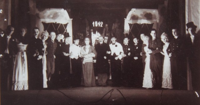 """Rekordy popularności biła """"Zemsta"""" oraz """"Cyrulik sewilski"""". Wykonanie kostiumów, scenografii w obozowych warunkach było prawdziwą sztuką."""