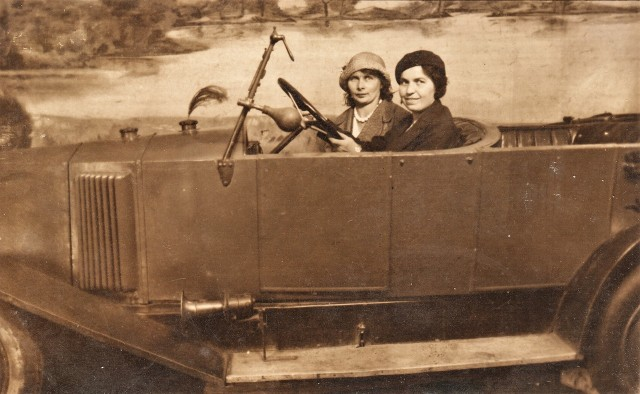 Pani Teresa (po lewej)z Krakowa wyjechała do Francji. Tam opiekowała się dziećmi, pracowała w gazecie i poznała przyszłego męża