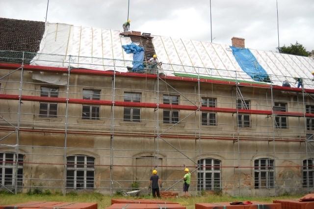 Dwa skrzydła renesansowego zamku w Głogówku przechodzą remont dachu.