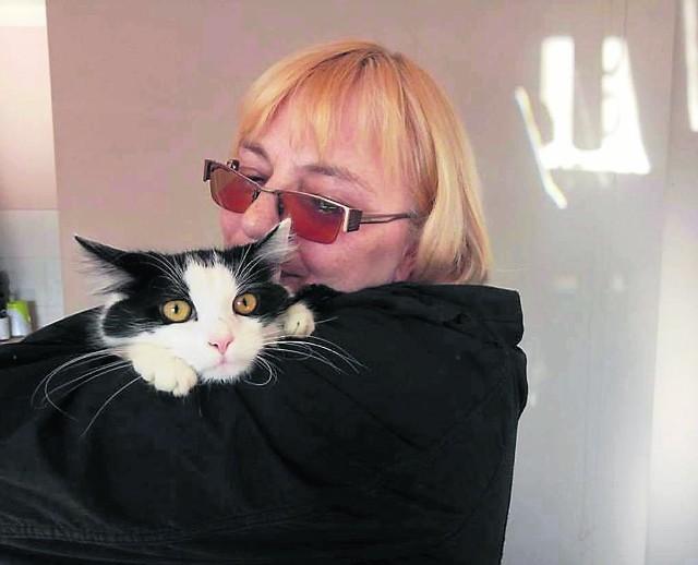 Kotka Zuzia na szczęście nie ucierpiała. Cała i zdrowa wróciła do domu i jest bezpieczna w ramionach swojej właścicielki. Kotka będzie wychodzić z domu tylko pod opieką