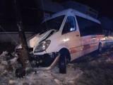 Wypadek w Zawadzie pod Częstochową: Bus z 20 pasażerami wypadł z drogi