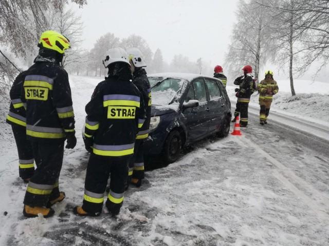 Kolizja drogowa dwóch samochodów osobowych na drodze krajowej  nr 20, na odcinku Trzebiatkowa - Tuchomie [zdjęcia]