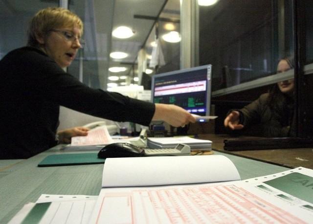 Urzędniczki w słupskim ZUS-ie weryfikują wiarygodność zwolnień lekarskich przez cały rok.