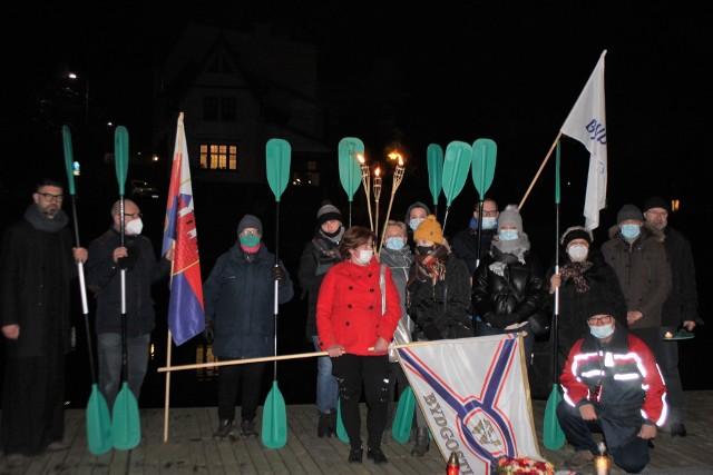 Bydgoscy kajakarze oddali cześć Olkowi Dobie wieczorem na przystani nad Brdą.