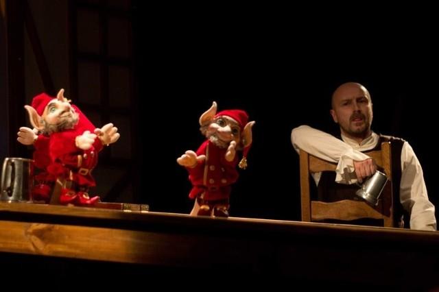 """Dziś o godz. 10 w Teatrze """"Maska"""" zostanie wystawiona sztuka  """"Historia Śnieżki"""" z audiodeskrypcją i tłumaczeniem na język migowy."""