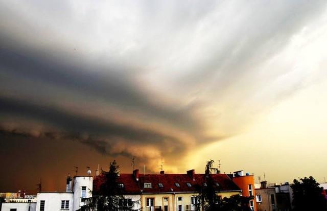 IMGW ostrzega, od 18.00 w środę do godziny 7.00 w czwartek w regionie możliwe są burze z silnym wiatrem i intensywnymi opadami deszczu.