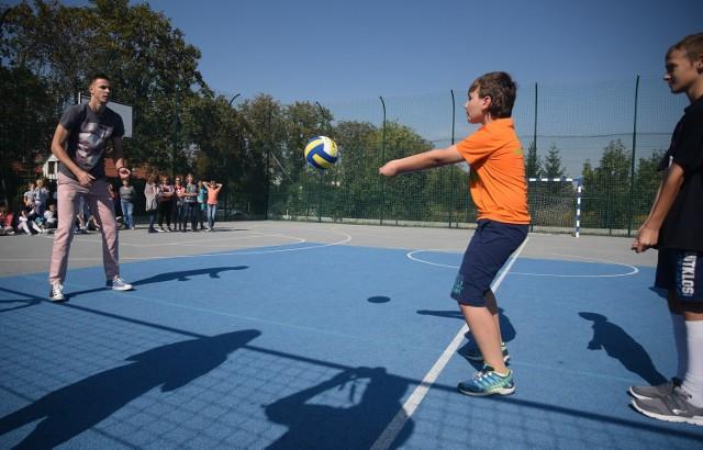 Mariusz Wlazły (z lewej) często bierze udział w różnych akcjach. Na zdjęciu podczas zajęć wychowania fizycznego, które poprowadził w jednej z łódzkich szkół