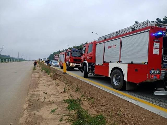 Strażacy z Radomska i Kamieńska gasili pożar na A1 w okolicach Radomska. Na wysokości Stobiecka Szlacheckiego zapaliło się koło ciężarówki.