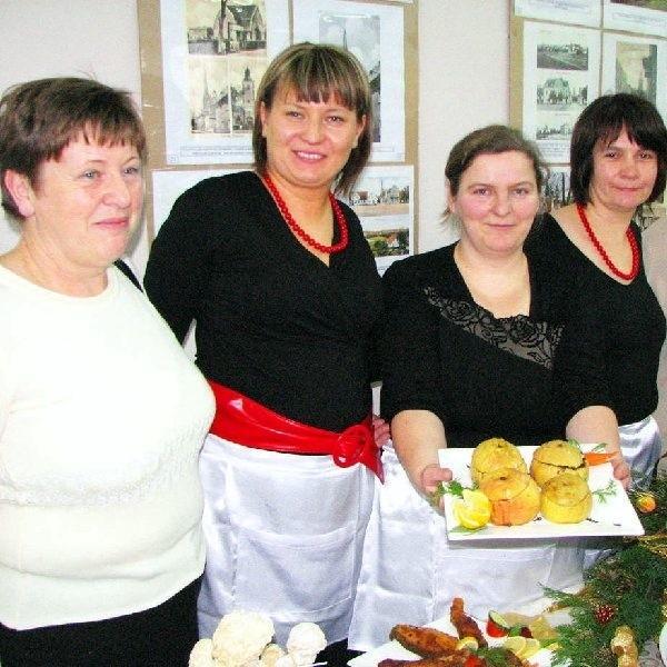 Na zdjęciu z nadziewanymi kaszanką jabłkami  Moniki Horynkiewicz Irena Śpica, Joanna  Mieszczyńska, Iwona Borowicz i Gabriela Meier