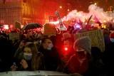 Protest Strajku Kobiet we Wrocławiu. 1000 osób przeszło ulicami miasta, mimo policyjnych blokad. Zapłonęły race [ZDJĘCIA]