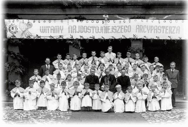 Fotografia z 1958 r.: w środku ks. Karol Wojtyła, z lewej ks. Stanisław Kowalski