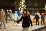 Świąteczna ślizgawka na lodowisku na Rynku w Chorzowie ZDJĘCIA