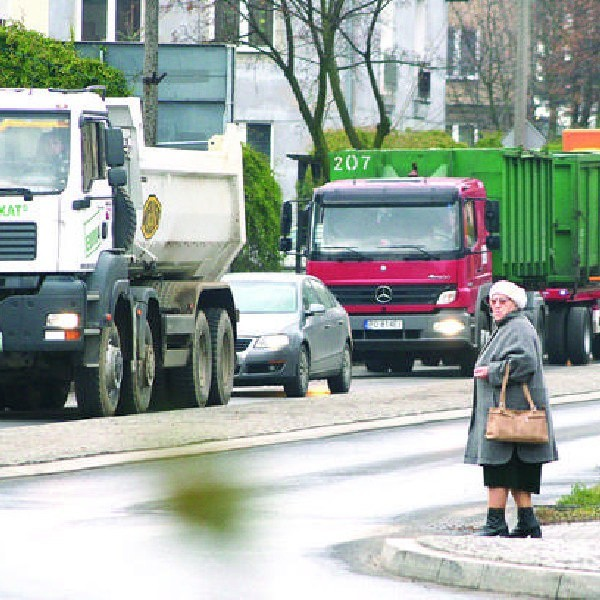 Taki widok na ul. Sukienników w Chojnicach to chleb powszedni.