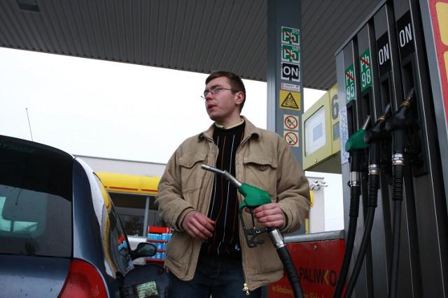 Dzięki taniejącej benzynie zaoszczędzam teraz około 100 zł miesięcznie - cieszy się Radosław Rydz-Niczyporuk