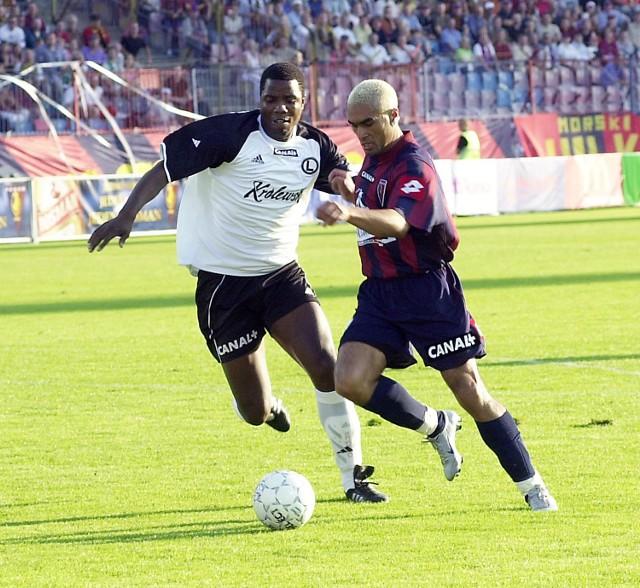 Brazylijczyk Batata ma szansę udowodnić, że nieudany dla niego mecz z Legią w sierpniu (1:2) był tylko wypadkiem przy pracy. Na zdjęciu Brazylijczyk w walce o piłkę z reprezentantem Zimbabwe Dicksonem Choto, byłym piłkarzem Pogoni, a obecnie obrońcą Legii.