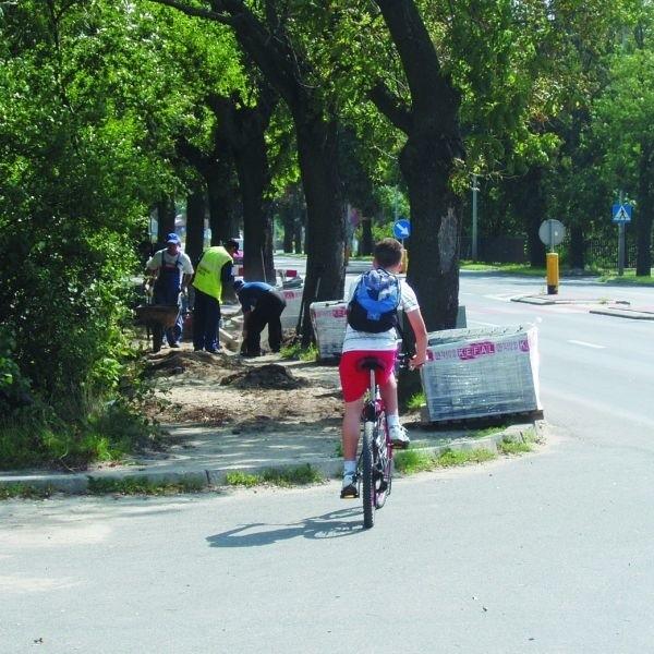 Przejazdu brak. Lepiej przeprowadzić rower na drugą stronę ul. 11 Listopada. Od poniedziałku to się zmieni.
