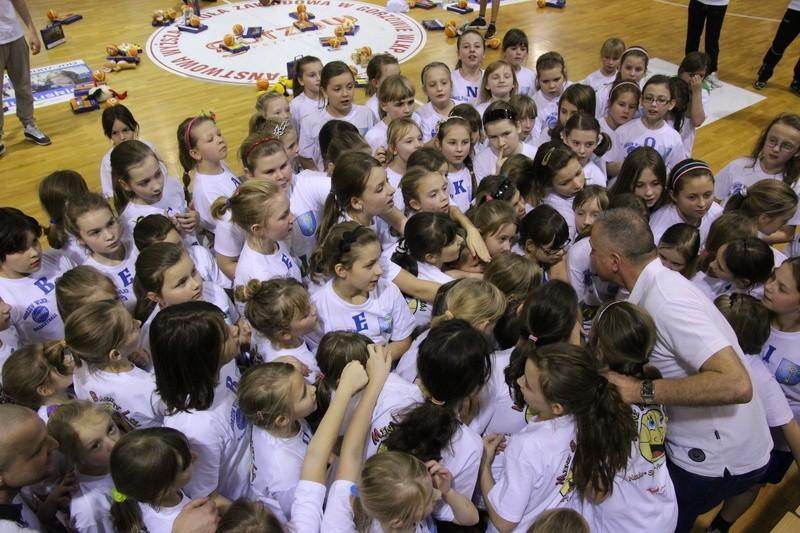 """Trener KSSSE AZS PWSZ Gorzów Dariusz Maciejewski (z prawej, w otoczeniu adeptek koszykówki) to główny koordynator programu """"Nauka, Sport, Przyszłość"""", w którym bierze udział już 250 dziewcząt"""