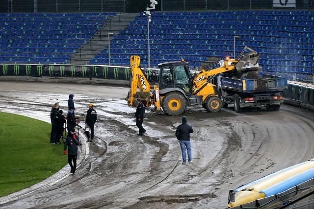 Intensywne opady deszczu, jakie w godzinach wieczornych nawiedziły Lublin, uniemożliwiły rozegranie pierwszego zaplanowanego turnieju Speedway of Nations 2020. W sobotę o godz. 19.00 początek drugich zawodów (Canal+ Premium). Jeżeli uda się je odjechać, to medalistów wyłoni tylko ten jeden turniej. ZOBACZ JAK WYGLĄDAŁA NAWIERZCHNIA LUBELSKIEGO TORU W PIĄTEK WIECZOREM >>>>>
