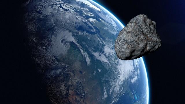 300-metrowa asteroida przeleci obok Ziemi! Będzie miała prędkość 40 000 km/h. Czy coś nam zagraża?