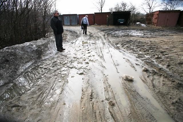 - Przed remontem parkingu nie było tu takiego błota - przekonują dzierżawcy. - Ubitą ziemię rozjeździł ciężki sprzęt