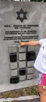 Pomnik poświęcony bytowskim Żydom. Literki odpadają, czy ktoś je wyrywa?