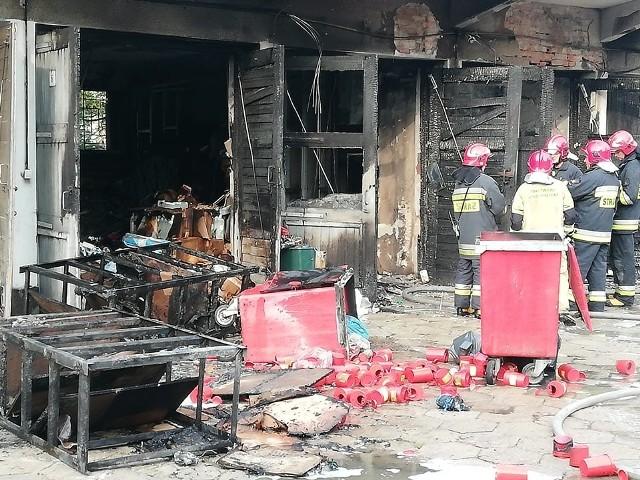 Zapaliły się środki czystości. Poparzony został mężczyzna, pracownik firmy sprzątającej, który probował walczyć z ogniem.