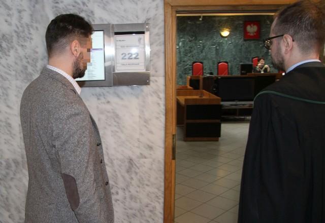 Mariusz Antoni K. wchodzi na salę rozpraw tarnobrzeskiego sądu