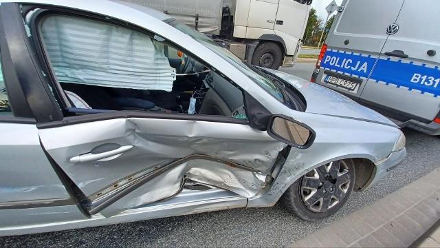 Przed godziną 15:00 na skrzyżowaniu ul. Granicznej i Rdestowej doszło do zderzenia dwóch samochodów. Ruch odbywa się pasem lewym, przez co kierowcy stoją w korku.