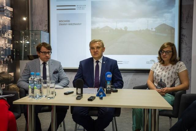 Od lewej: dyrektor Muzeum Sybiru, prof. Wojciech Śleszyński, prezydent Tadeusz Truskolaski i Agnieszka Kaniewska.