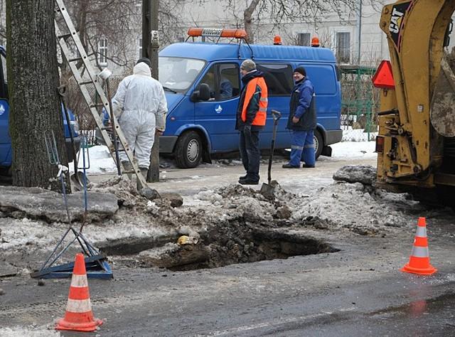 W nocy pekla rura z wodą przy ul. Grottgera w Slupsku. Z powodu awarii wody pozbawionych byla cześc okolicznych ulic, az do ulicy Sobieskiego.