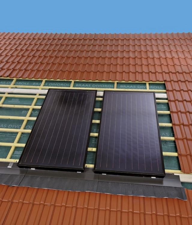 Kolektor słoneczny na dachuSolary uzupełniają układ centralnego ogrzewania, poprzez podgrzewanie wody użytkowej. Dzięki temu można zredukować koszty. Co ważne, instalacja solarna działa zarówno latem, jak i zimą.