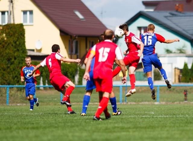 Piłkarzom Puszczy Hajnówka (czerwone stroje) w bieżących rozgrywkach brakuje zimnej krwi. W siedmiu meczach strzelili tylko pięć goli.