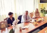 Wojewoda świętokrzyski Zbigniew Koniusz z wizytą w starostwie powiatowym w Pińczowie. Wiemy o czym rozmawiano [ZDJĘCIA]