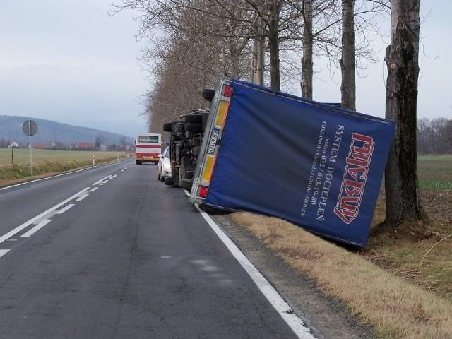 Na prostym i odsłoniętym odcinku drogi koło Charbielina gwałtowny podmuch wiatru przewrócił ciężarówkę z naczepą.