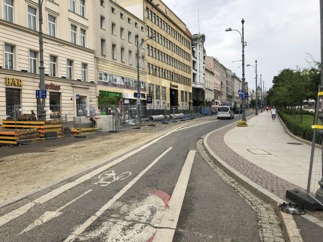 Kierowcy, aby wjechać na ulicę plac Wolności muszą przejechać przez fragment drogi dla rowerów