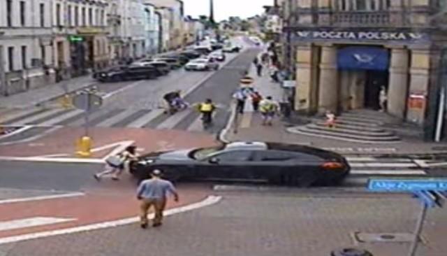 Do zdarzenia doszło we wtorek, 23 lipca w Lesznie. Kierowca porsche najpierw zajął dużą część przejścia dla pieszych, kiedy przechodziła przez nie kobieta. Ta miała do niego pretensje, na które mężczyzna zareagował agresją. Wysiadł z samochodu i zaatakował kobietę uderzając ją w twarz. Po tym wrócił do samochodu. Uderzona kobieta chciała zastawić mu drogę, ale kierowca przepchnął ją samochodem.Zobacz kolejne zdjęcie ----->