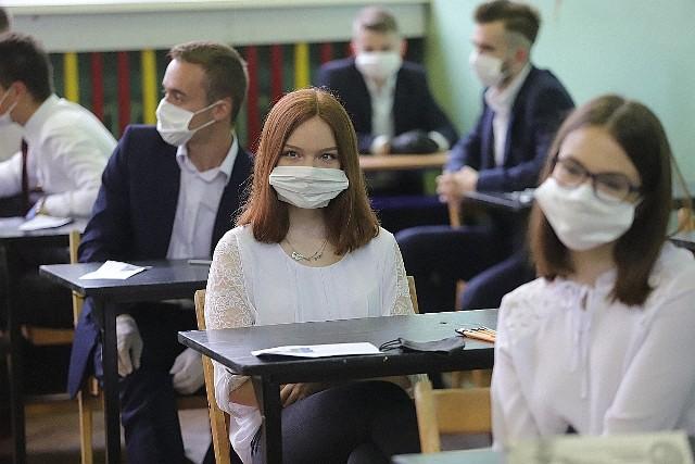 Egzamin dojrzałości rozpoczyna się pisemnym sprawdzianem z języka polskiego na poziomie podstawowym. W Łodzi podchodzi do niego m.in. prawie setka absolwentów Technikum nr 3.