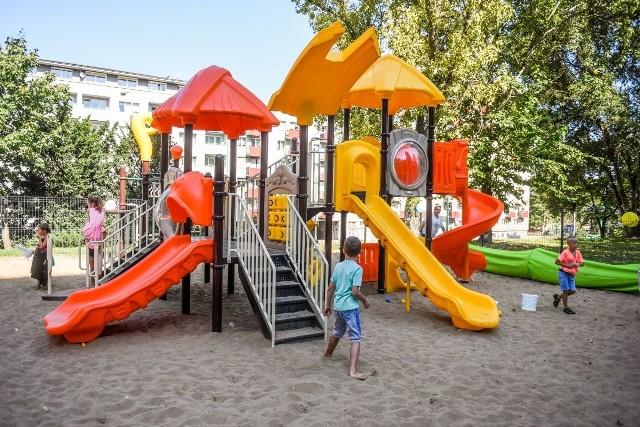 Osiedle Hetmańskie: Zrobili plac zabaw z... nakrętek do butelek