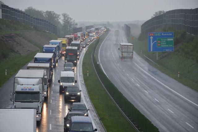 Duża część samochodów, które korzystają z węzła autostradowego w Krzyżu wcześniej przejeżdża przez Tarnów. Gdyby powstał zjazd w Pilźnie, mogłyby wcześniej wjechać na A4 i ominąć miasto