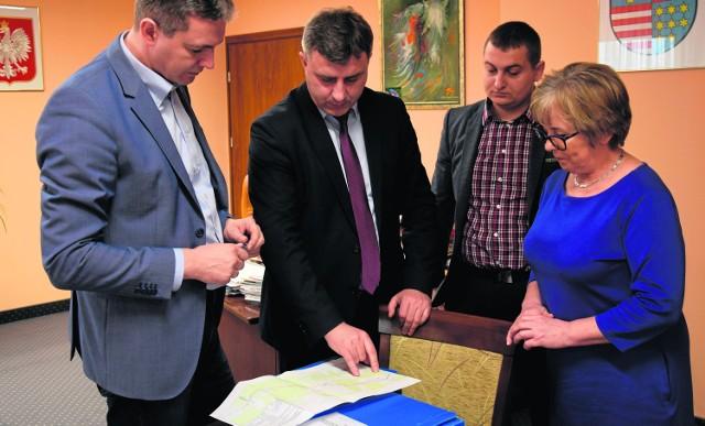 Ta część dokumentacji obwodnic Sukowa i Daleszyc, którą miała wykonać gmina Daleszyce, już gotowa. Burmistrz Dariusz Meresiński oficjalnie przekazał ją marszałkowi.