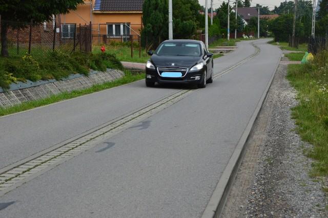 """Jezdnia wyniesiona ponad pobocza, wysokie krawężniki, koleiny stanowiące """"pułapkę"""" dla pojazdów, pękająca jezdnia, hydrofuga na środku drogi... Tak wygląda ulica św. Jana w Kokotowie przebudowana w 2016 roku. Mieszkańcy apelują, by gmina pilnie poprawiła tam bezpieczeństwo"""