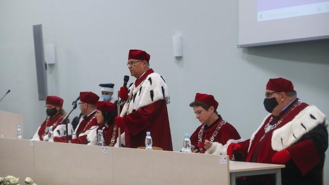 Prof. Sylwester Czopek, rektor UR wygłosił mocne przemówienie podczas inauguracji roku akademickiego. Nie może pogodzic się z tym, że bzury o koronawirusie są dla wielu ludzi, zwłaszcza na Podkarpaciu, istotniejsze niz opinie naukowców