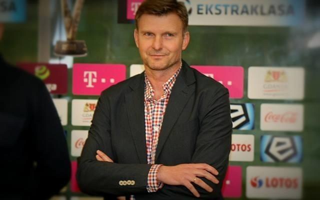 Były znany piłkarz Andrzej Juskowiak ogląda mecz Korony z Arką.