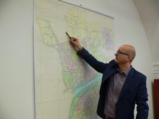 O zasadności podpisanej umowy mówi Paweł Niedźwiedź, zastępca burmistrza Sandomierza, który pokazuje na mapie ulice.